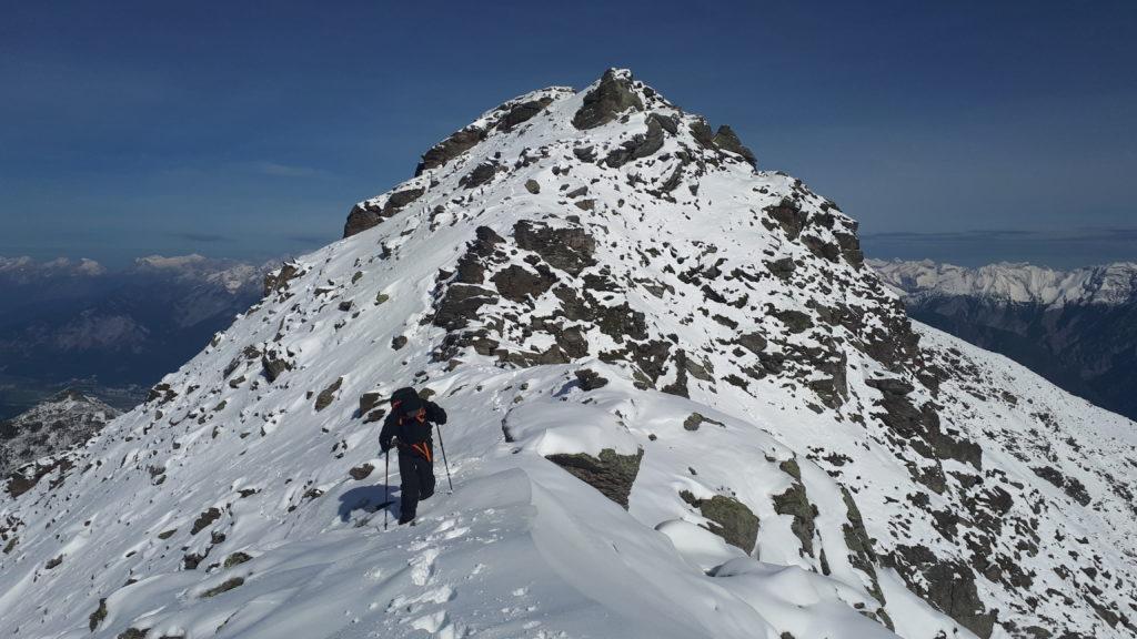Ein Wanderer auf einem verschneiten Berg
