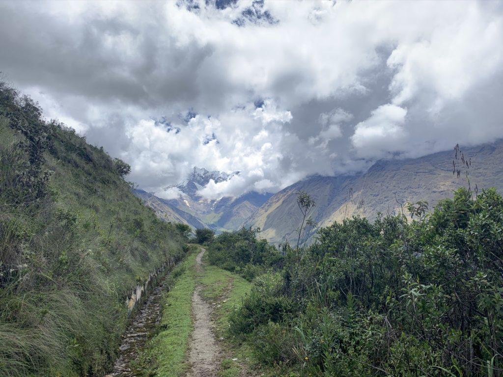 Der Campingplatz Soraypampa liegt am Ende eines Tals am Fuß des Berges Tukarway