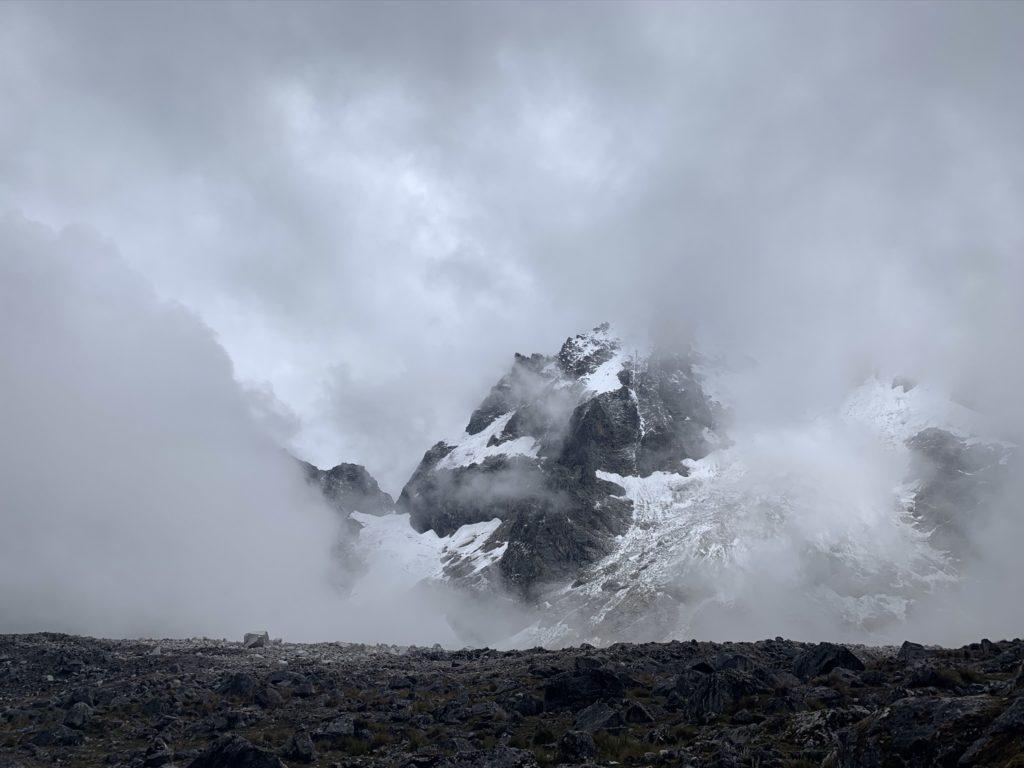 Blick vom höchsten Punkt des Salkantay Trek auf nebeldurchzogene Berge