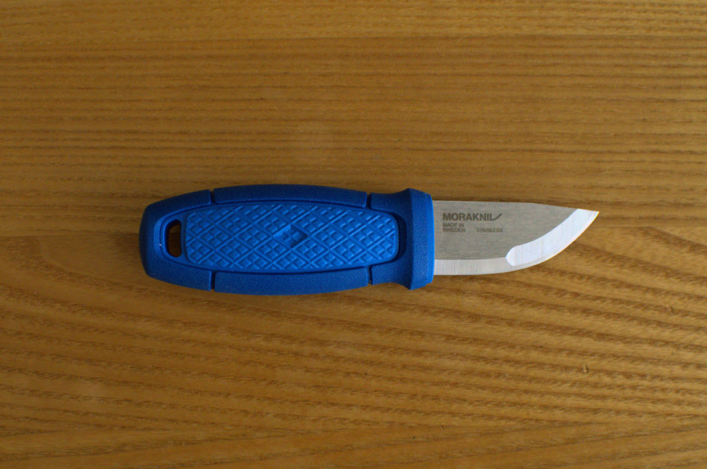 Detailfoto des Eldris-Neck Knives, bei dem die Klinge gut zu sehen ist