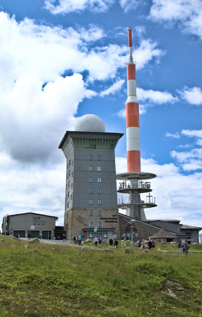 Die Brockenspitze samt Brockenhaus und Funkantenne.