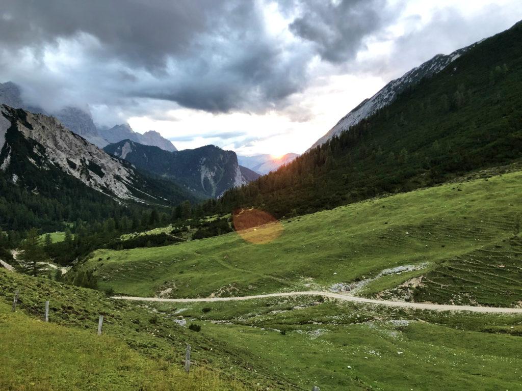 Ein Wanderweg im Karwendelgebirge.